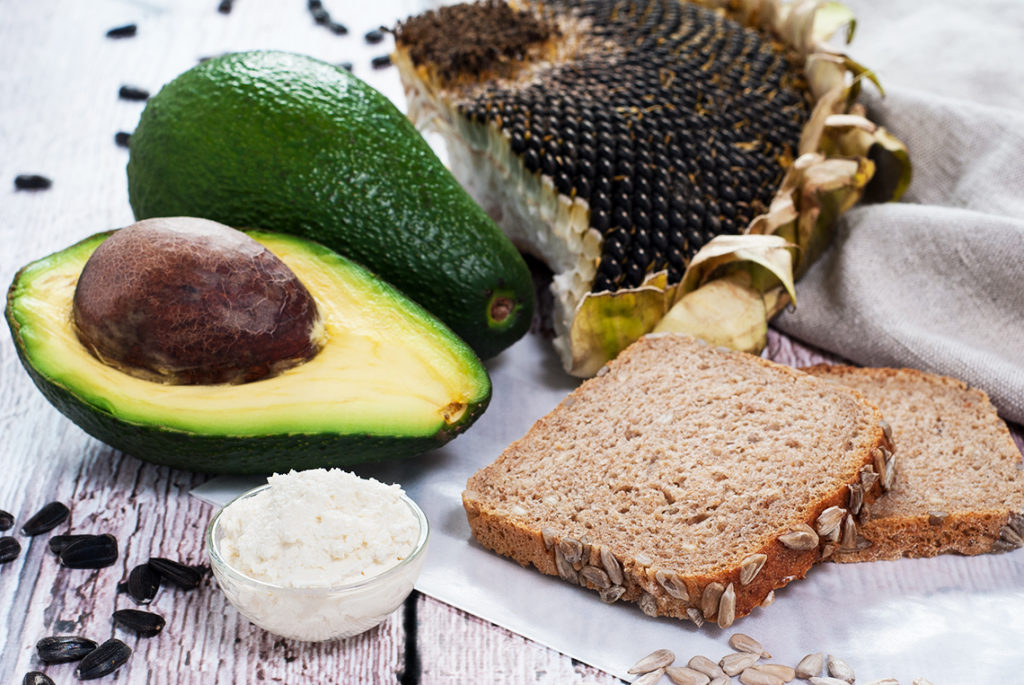Kanapka z chleba orkiszowego ze słonecznikiem z twarożkiem chrzanowym i avocado - półprodukty