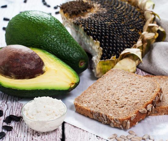 Kanapka z chleba orkiszowego ze słonecznikiem z twarożkiem chrzanowym i avocado - półprodukty | lunchboxodkuchni.pl