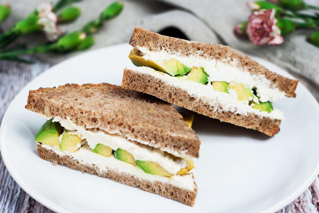 Kanapka z chleba orkiszowego ze słonecznikiem z twarożkiem chrzanowym i avocado