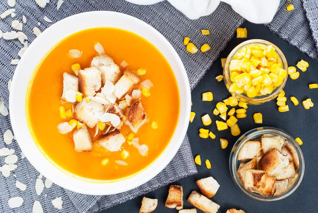 Krem z dyni i batata z gotowaną kukurydzą i pszennymi grzankami na maśle