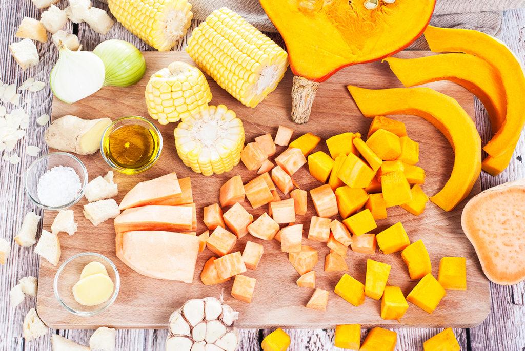 Krem z dyni i batata z gotowaną kukurydzą i pszennymi grzankami na maśle - kostka