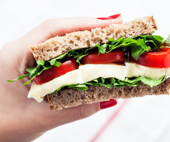 Gotowa kanapka z serem brie, pomidorkami i rukolą | lunchboxodkuchni.pl