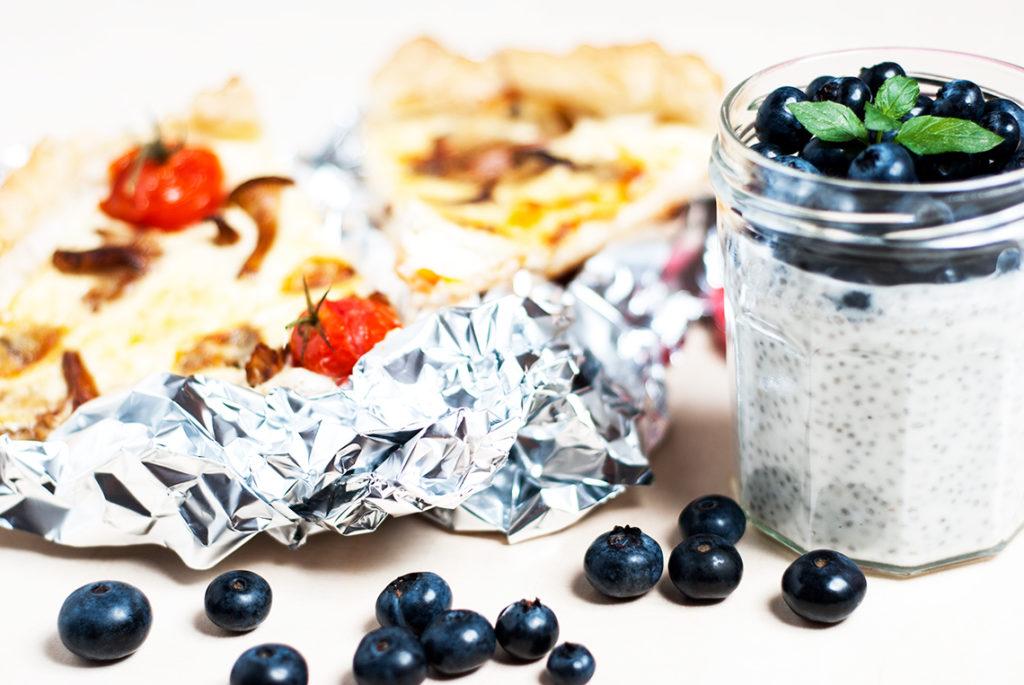 Lunchbox: quiche z kurkami, serem gorgonzola i pomidorkami koktailowymi i pudding z mleczka kokosowego, nasion chia i borówki amerykańskiej