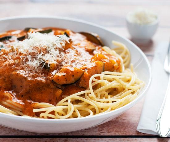 Makaron spaghetti z cukinią w sosie pomidorowym z serem grana padano | lunchboxodkuchni.pl
