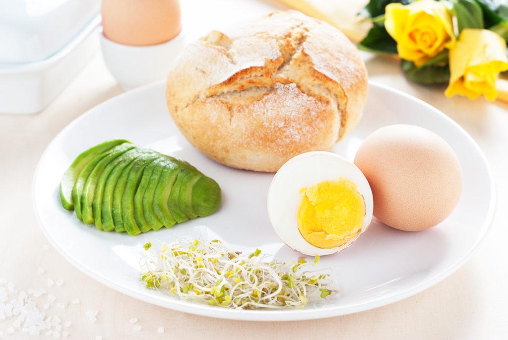 Bułka wiejska z jajkiem na twardo, avocado i kiełkami brokuła - produkty | lunchboxodkuchni.pl