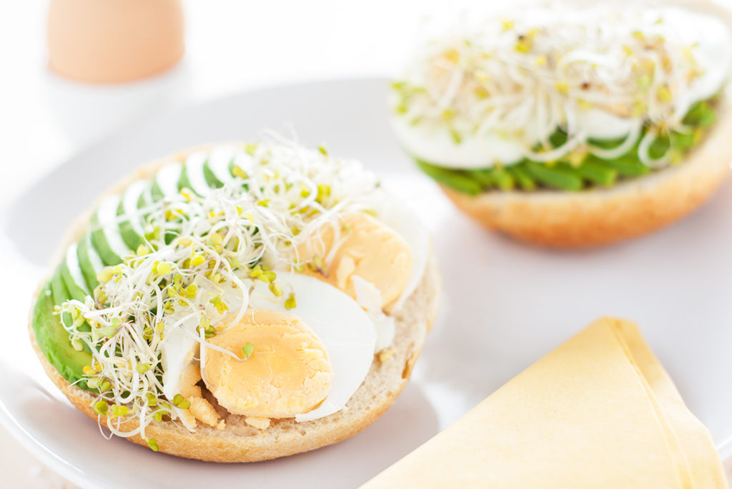 Bułka wiejska z jajkiem na twardo, avocado i kiełkami brokuła - talerz | lunchboxodkuchni.pl