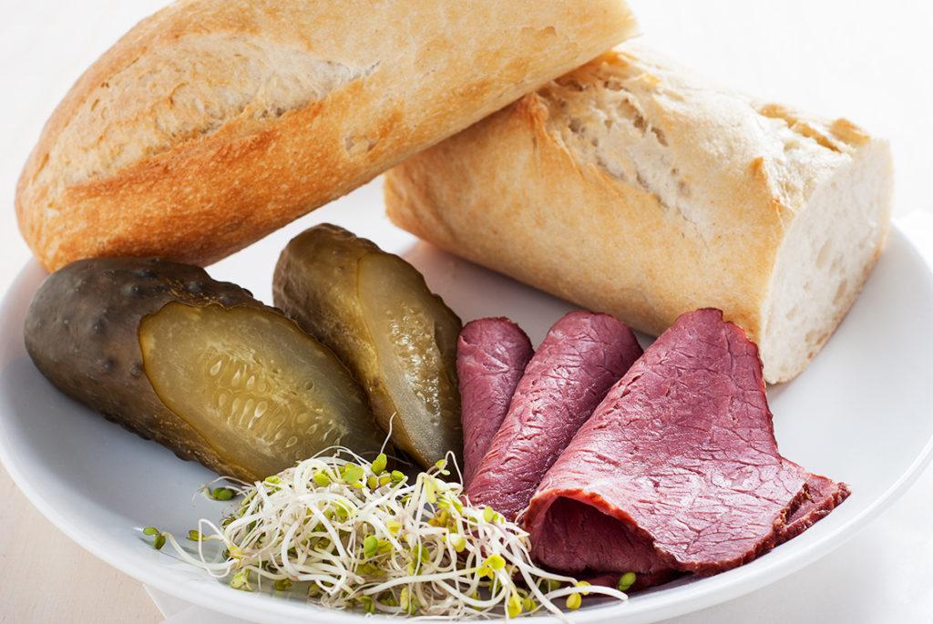 Bułka z szynką wołową, kiełkami i ogórkiem kiszonym - produkty   lunchboxodkuchni.pl
