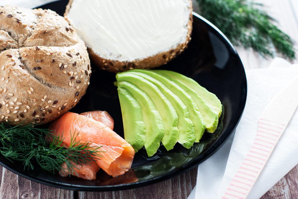 Bułka z twarożkiem, wędzonym łososiem i avocado - produkty