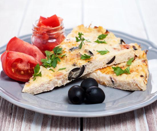 Kalafiorowa tarta z dressingiem z pomidora w kawałkach | lunchboxodkuchni.pl