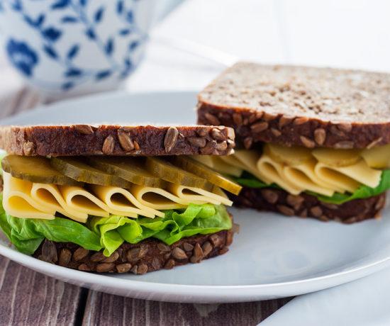 Kanapka z chleba słonecznikowego z żółtym serem i korniszonem | lunchboxodkuchni.pl
