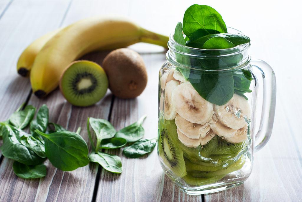 Koktajl banan-kiwi-szpinak - produkty do zblendowania