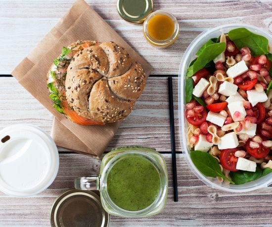 Lunchbox - bułka z wędzonym łososiem i avocado, koktajl banan-kiwi-szpinak i sałatka z makaronem, serem typu greckiego, szpinakiem i granatem | lunchboxodkuchni.pl