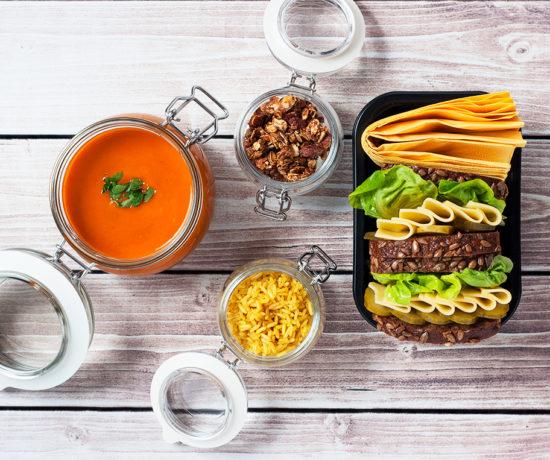 Lunchbox kanapka z żółtym serem i korniszonem, jogurt naturalny z bananem i granolą oraz krem z dyni i papryki z ryżem curry | lunchboxodkuchni.pl