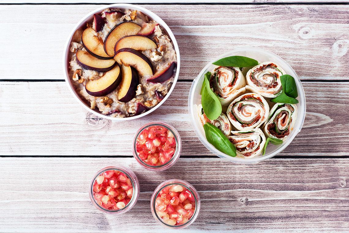 Lunchbox owsianka ze śliwką i orzechami, jogurt malinowy z nasionami chia i granatem, tortilla z wędzonym łososiem, szpinakiem i suszonymi pomidorami   lunchboxodkuchni.pl
