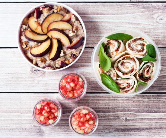 Lunchbox owsianka ze śliwką i orzechami, jogurt malinowy z nasionami chia i granatem, tortilla z wędzonym łososiem, szpinakiem i suszonymi pomidorami | lunchboxodkuchni.pl