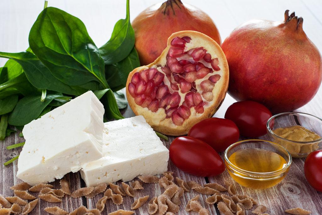 Sałatka z makaronem, serem typu greckiego, szpinakiem i granatem - produkty