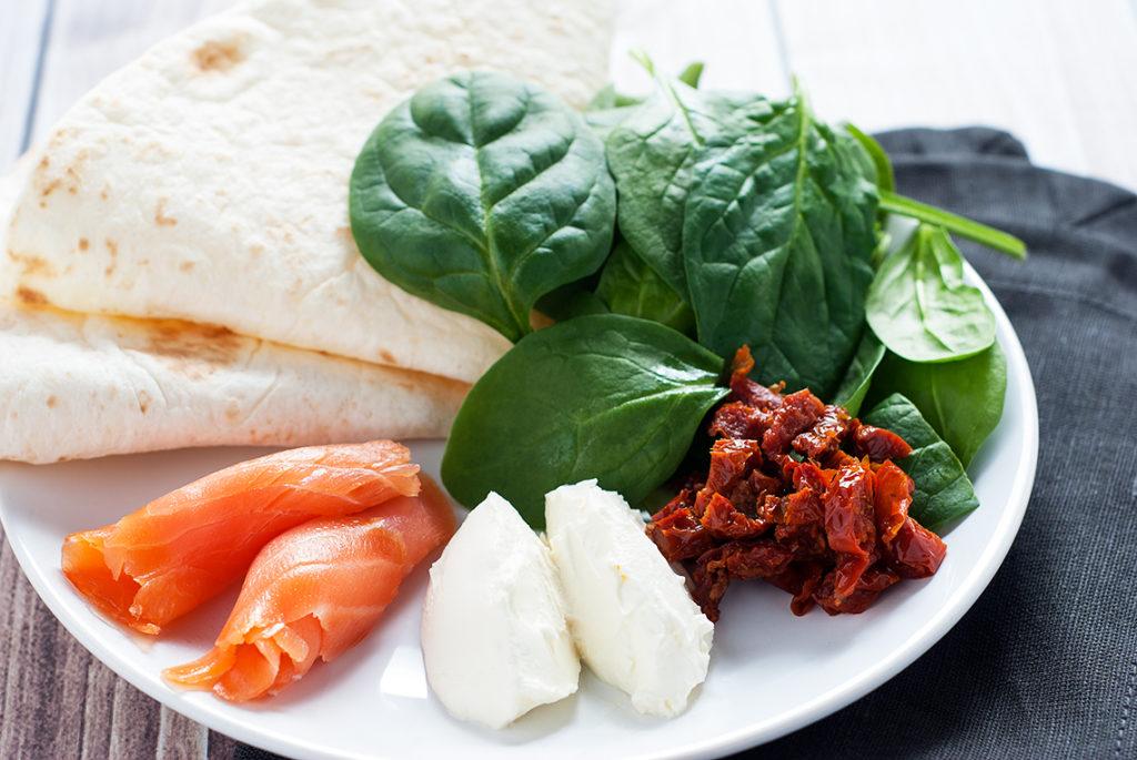 tortille-z-wedzonym-lososiem-suszonymi-pomidorami-i-szpinakiem-produkty