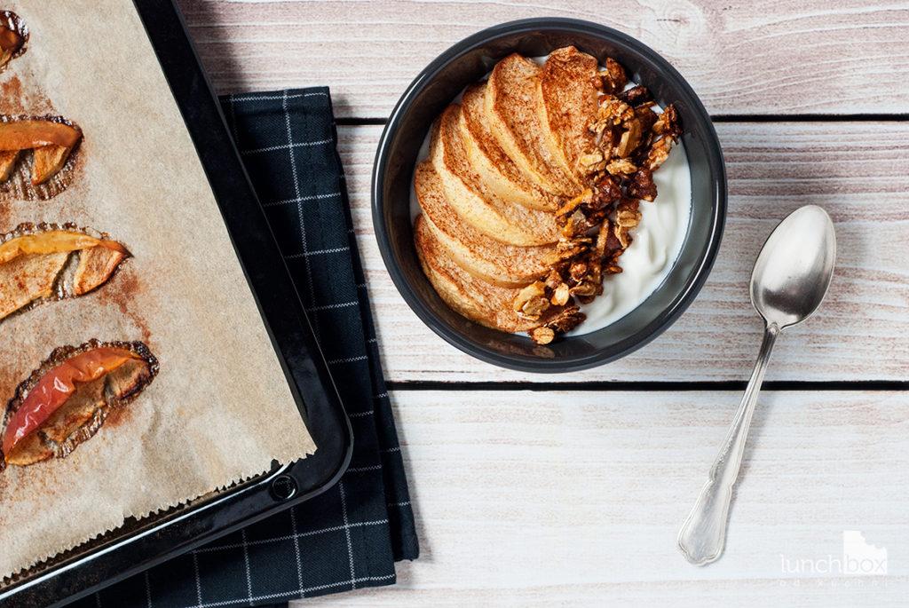 Jogurt naturalny z granolą i pieczonymi jabłkami z cynamonem w miseczce | lunchboxodkuchni.pl