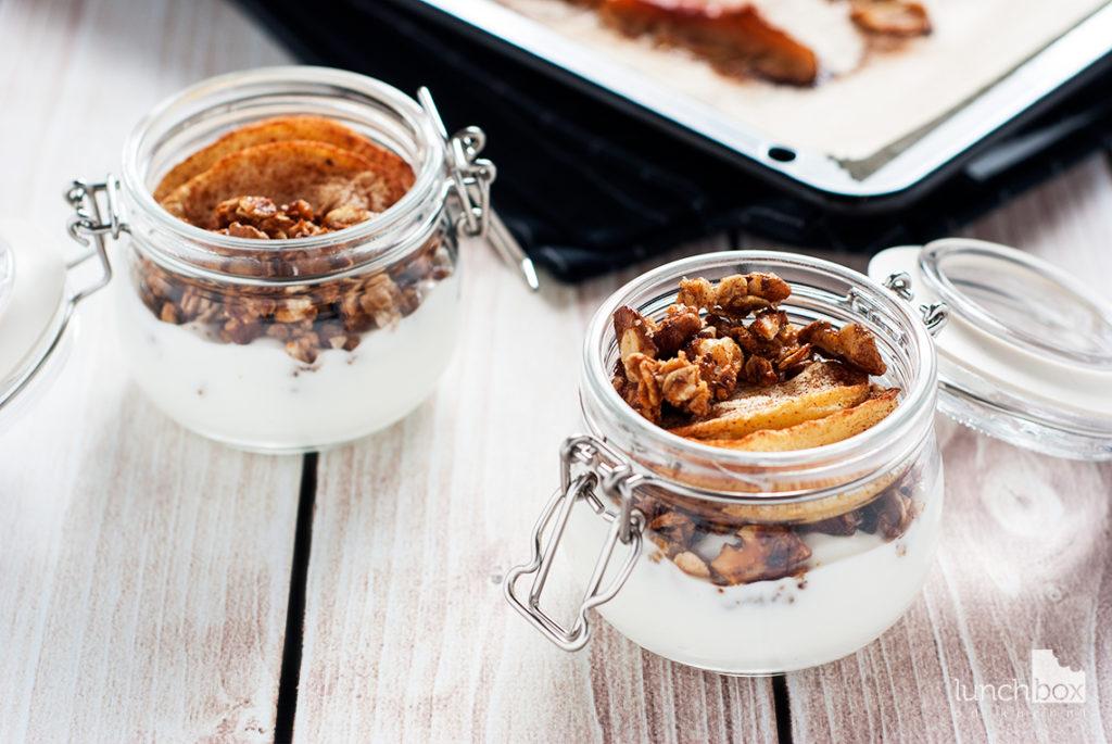 Jogurt naturalny z granolą i jabłkami pieczonymi z cynamonem | lunchboxodkuchni.pl
