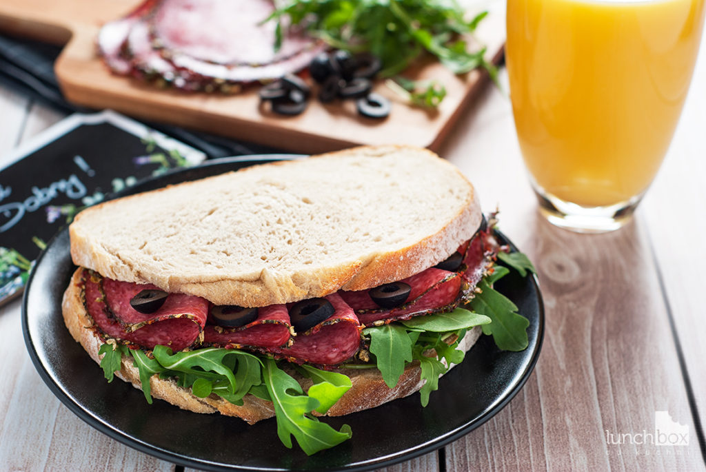 Kanapka z salami, rukolą i oliwkami | lunchboxodkuchni.pl