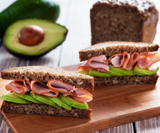 Kanapka z szynką i avocado | lunchboxodkuchni.pl