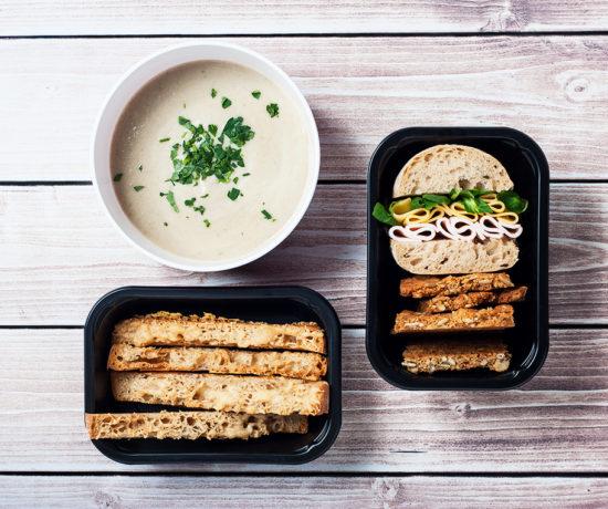 Lunchbox - ciabata z indykiem i żółtym serem, ciastka owsiane z orzechami i krem z pieczarek z paluchami parmezanowymi