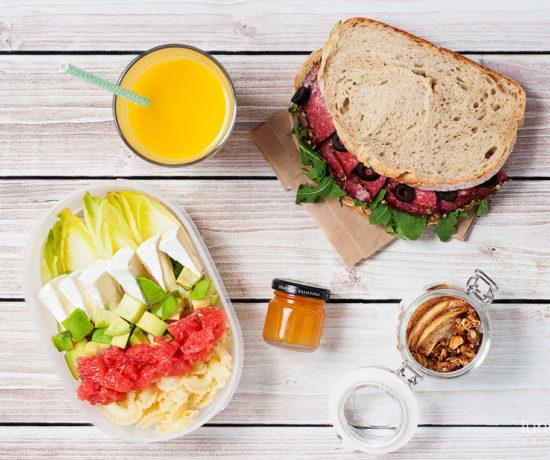 Lunchbox - kanapka z salami, rukolą i oliwkami, jogurt naturalny z granolą i jabłkami pieczonymi z cynamonem i sałatka z cykorią i grejpfrutem | lunchboxodkuchni.pl
