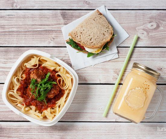 Lunchbox - kanapka z mozzarellą i pomidorem, jogurt naturalny z owocem kaki o pulpety w sosie pomidorowym z makaronem | lunchboxodkuchni.pl