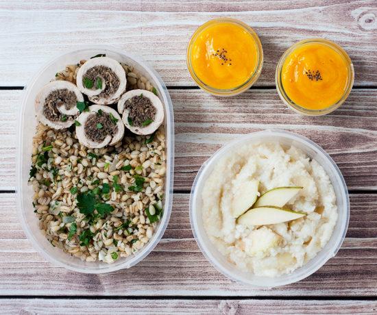 Lunchbox - płatki ryżowe z gruszką i imbirem, mini serniczek z musem z mango, roladki z indyka z kaszą pęczak