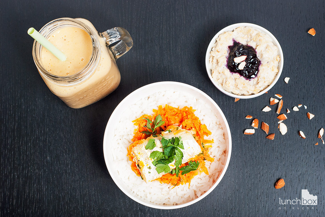 Lunchbox - płatki owsiane na mleku migdałowym z konfiturą z jagód, smoothie banan z pomarańczą i dorsz na marchewce z ryżem | lunchboxodkuchni.pl