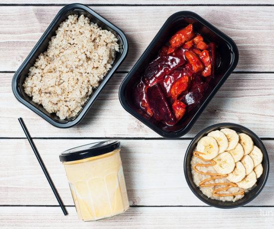 Lunchbox - płatki owsiane z masłem orzechowym i bananem, jogurt naturalny z kaki oraz indyk w buraczkach z kaszą wiejską | lunchboxodkuchni.pl