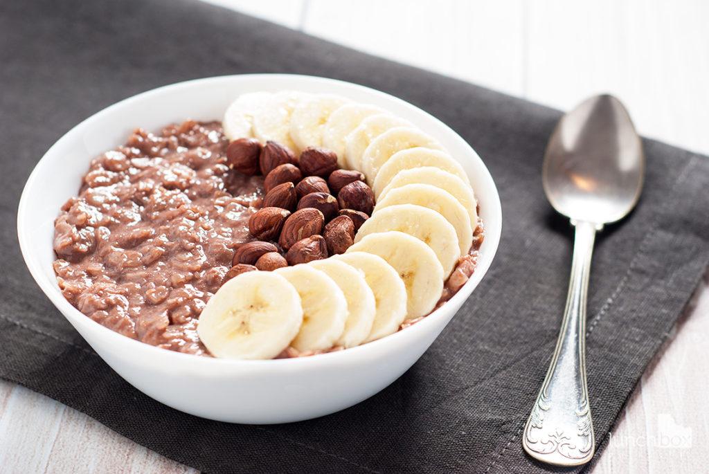 Płatki ryżowe z kakao, bananem i orzechami laskowymi | lunchboxodkuchni.pl
