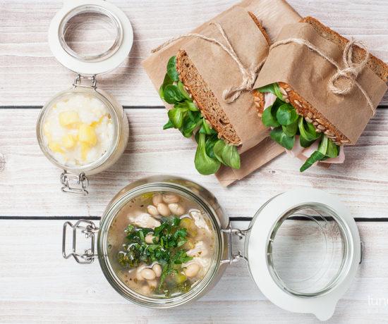 Lunchbox - kanapka z chleba orkiszowego z indykiem i roszponką, ryż na mleku kokosowym z ananasem oraz zupa z jarmużem, cukinią i fasolą | lunchboxodkuchni.pl