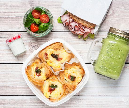 Lunchbox - kanapka z szynką podwędzaną i sałatą lodową, smoothie z banana, ananasa i jarmużu oraz tartaletki z jarmużem i ricottą | lunchboxodkuchni.pl