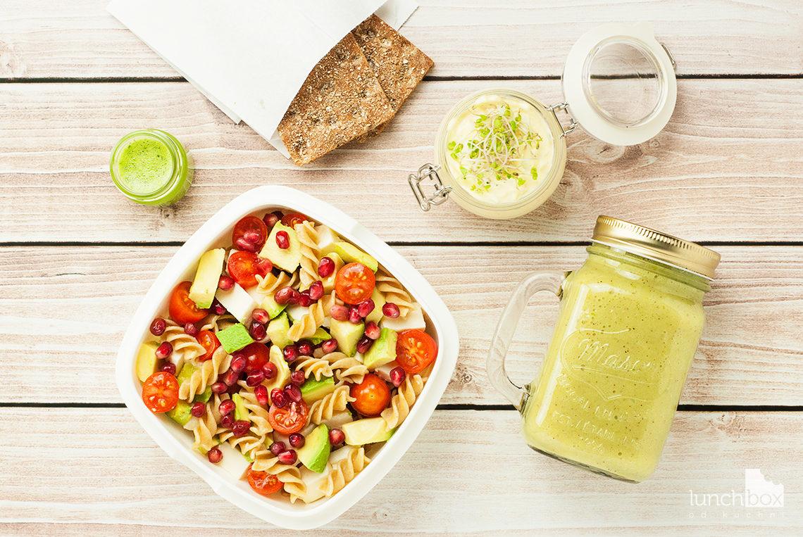 Lunchbox: pasta jajeczna, smoothie z banana, kiwi i soku jabłkowego oraz sałatka z makaronem avocado, mozzarellą i pomidorkami | lunchboxodkuchni.pl