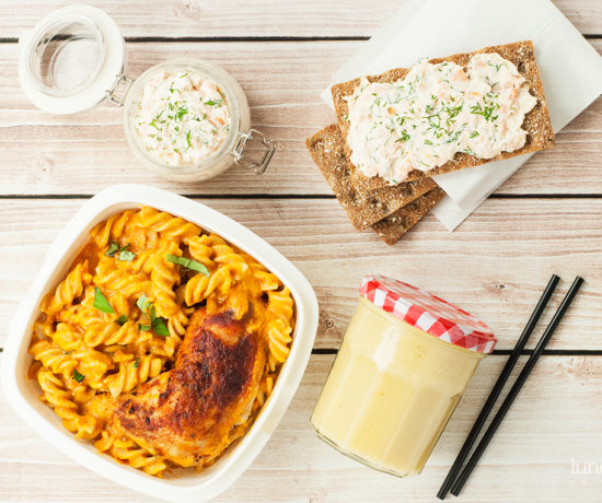 Lunchbox: makaron z kurczakiem w sosie pomidorowym, smoothie z banana, gruszki i soku, pasta łososiowa na chrupkim pieczywie | lunchboxodkuchni.pl