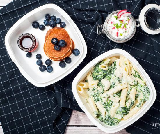 Lunchbox - placuszki owsiano-jogurtowe z syropem klonowym i borówką amerykańską, serek wiejski z rzodkiewką i szczypiorkiem oraz penne z kurczakiem i szpinakiem w sosie śmietanowym | lunchboxodkuchni.pl