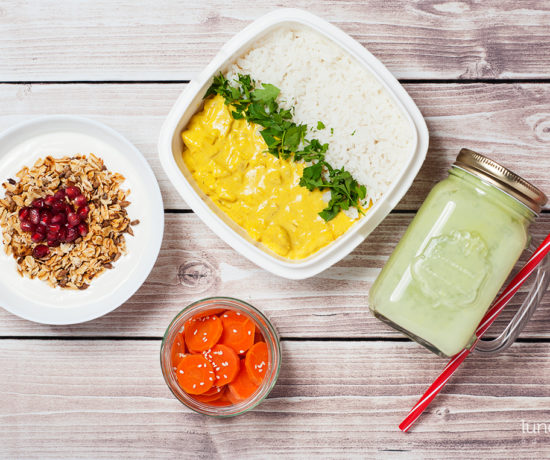 Lunchbox - płatki owsiane prażone ze słonecznikiem z jogurtem naturalnym i granatem, smoothie z pomelo i awokado oraz kurczak curry z ryżem i marchewką | lunchboxodkuchni.pl
