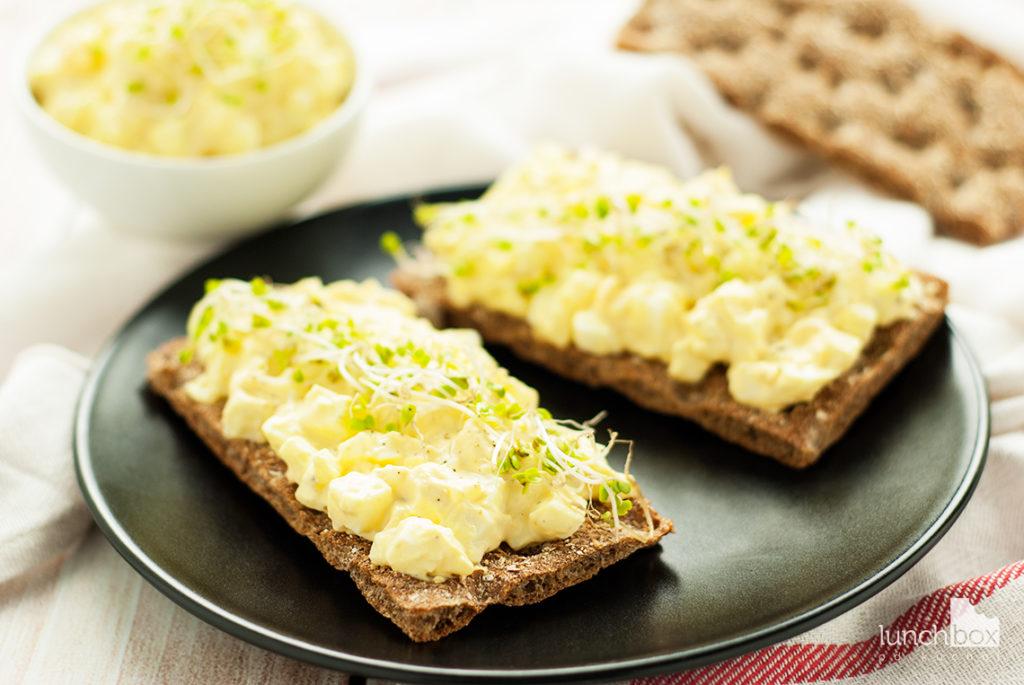 Pasta jajeczna na chrupkim pieczywie | lunchboxodkuchni.pl