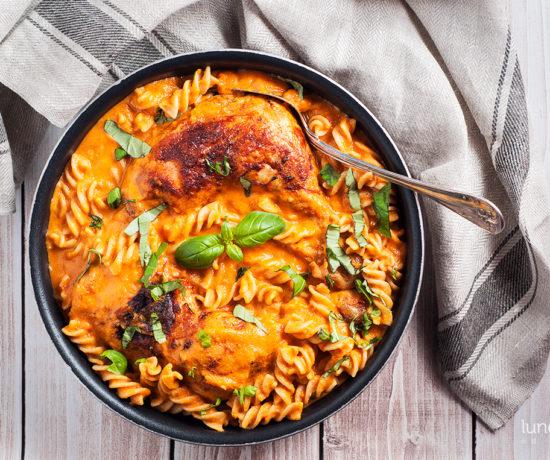 Pasta z kurczakiem w kremowym sosie pomidorowym | lunchboxodkuchni.pl