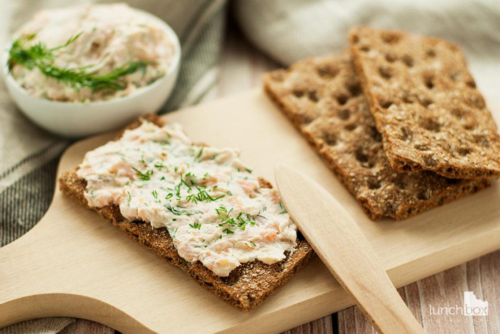 Pasta z łososiem na chrupkim pieczywie | lunchboxodkuchni.pl