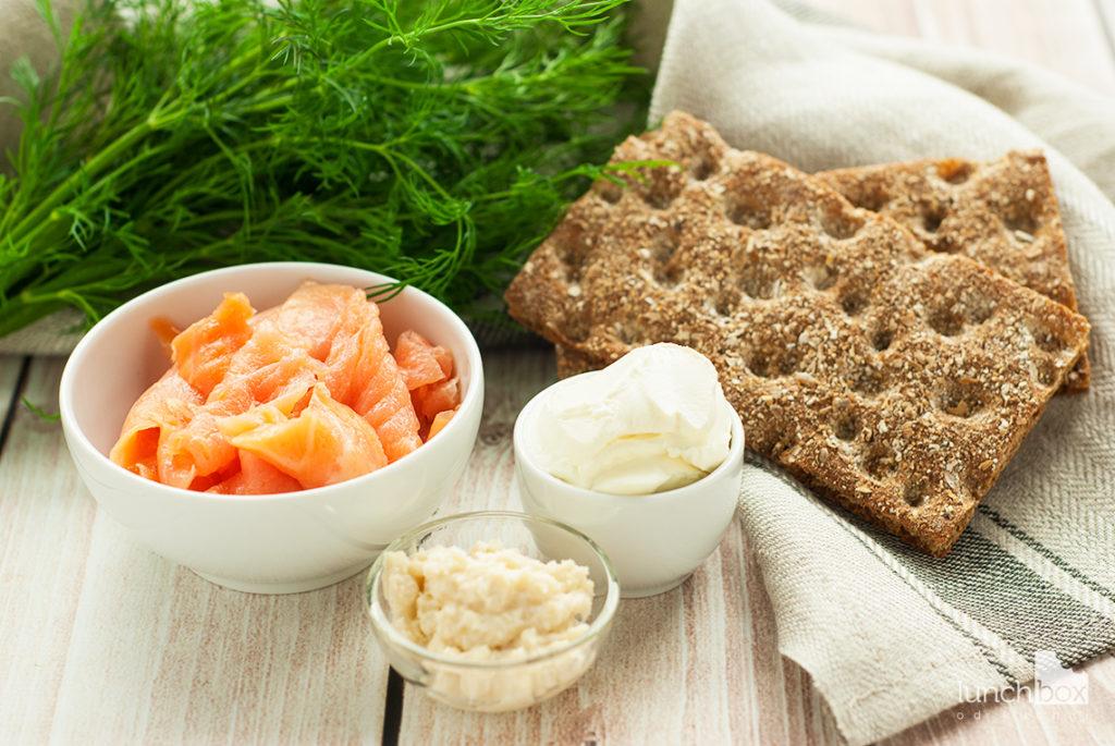 Pasta z łososiem na chrupkim pieczywie - produkty | lunchboxodkuchni.pl
