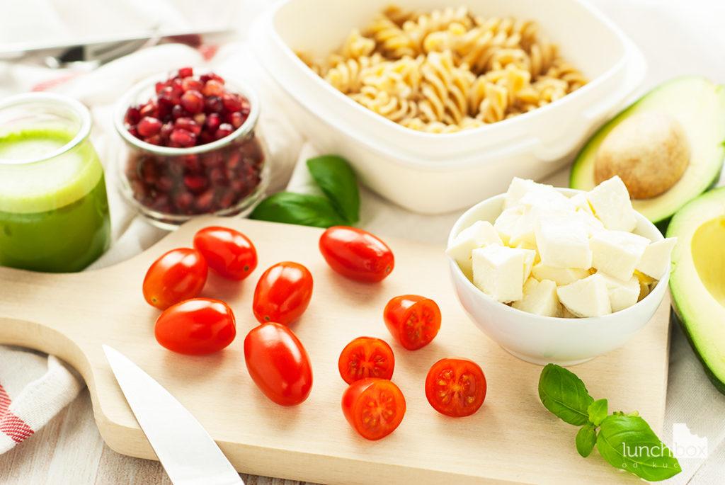 Sałatka z makaronem, awokado, mozzarellą i pomidorkami - produkty | lunchboxodkuchni.pl