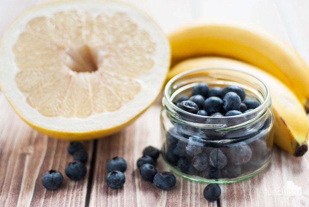 Smoothie z pomelo, banana i borówki - produkty | lunchboxodkuchni.pl