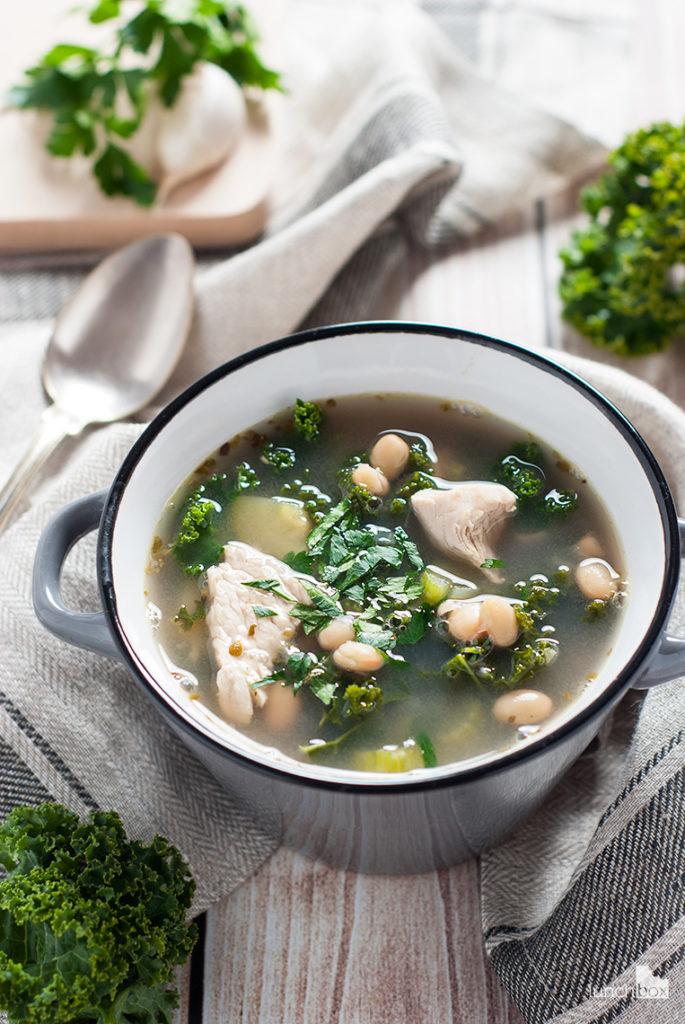 Zupa z jarmużem, cukinią i białą fasolą | lunchboxodkuchni.pl