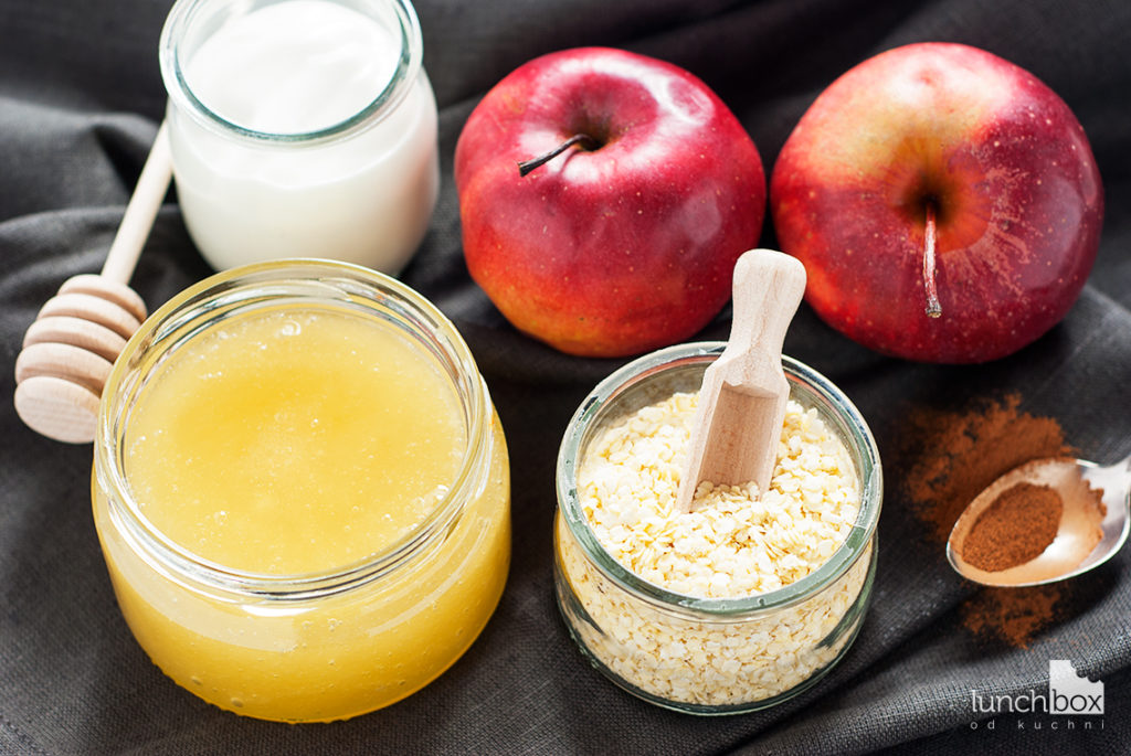 Granola z płatków jaglanych z jabłkiem i cynamonem z jogurtem naturalnym - produkty | lunchboxodkuchni.pl