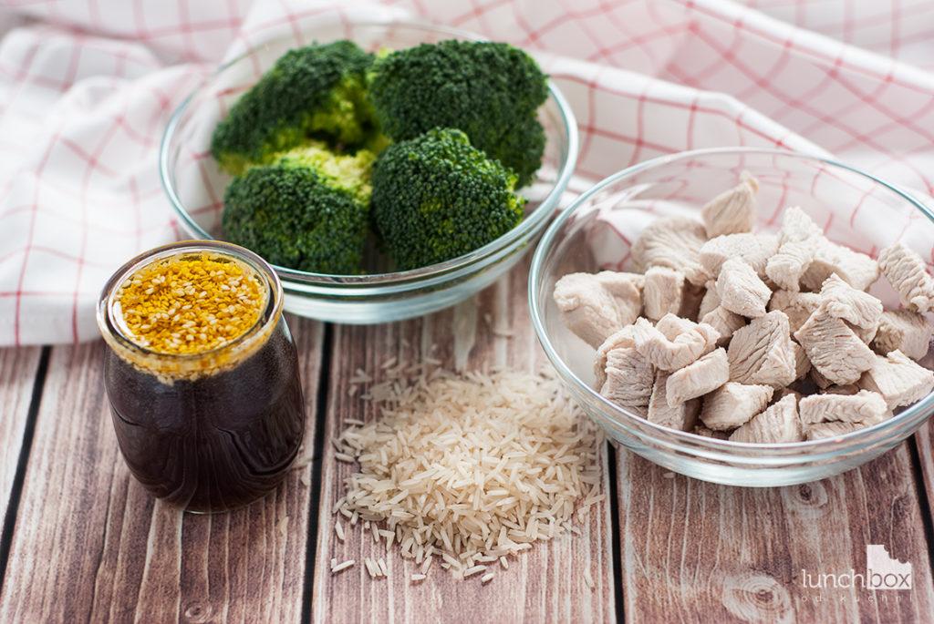 Indyk w sosie miodowo-sezamowym z ryżem i brokułem - produkty | lunchboxodkuchni.pl