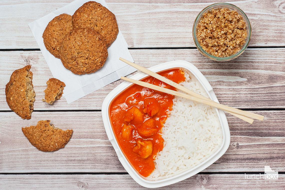 Lunchbox: granola z płatków jaglanych z jabłkiem i cynamonem, ciastka owsiano-migdałowe i krewetki w sosie paprykowo-imbirowym z ryżem | lunchboxodkuchni.pl