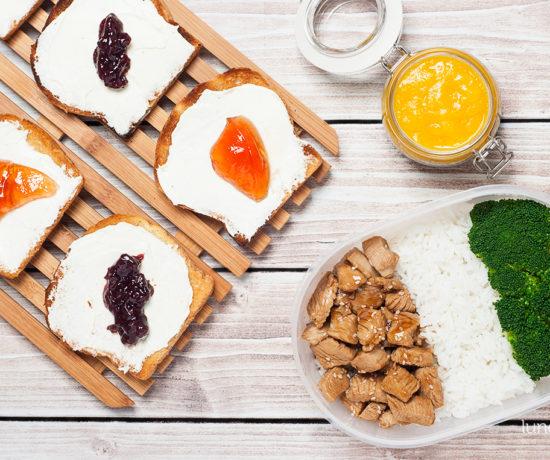 Lunchbox: grzanki z twarożkiem i konfiturą, pudding chia z musem z mango i indyk w sosie miodowo-sezamowych z ryżem i brokułem | lunchboxodkuchni.pl