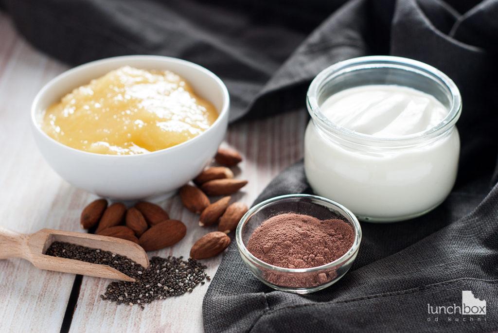 Jogurt naturalny z nasionami chia i kakao z karmelkami migdałowymi - produkty | lunchboxodkuchni.pl